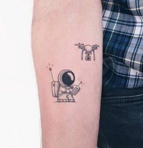 تاتو موقت با اسپری طرح آدم فضایی