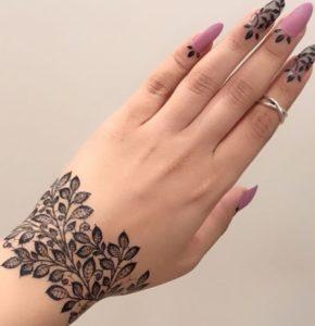 تاتو موقت با اسپری طرح گل روی دست