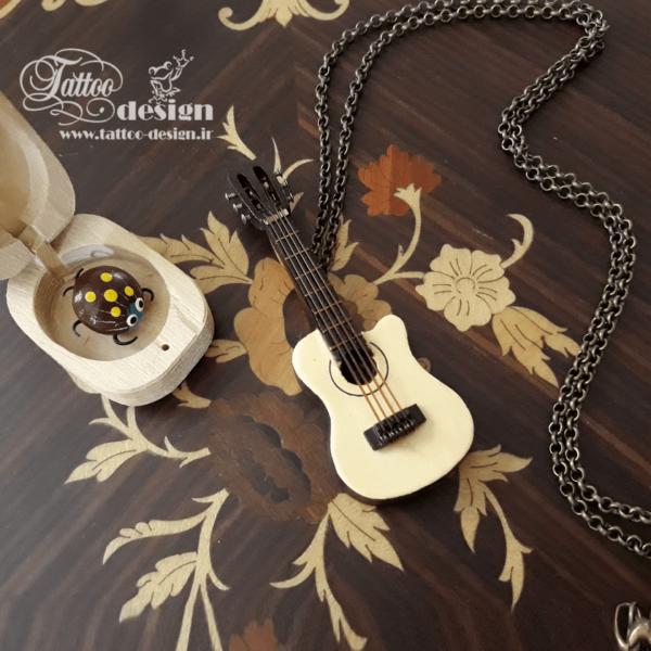 گیتار چوبی مینیاتوری کوچک